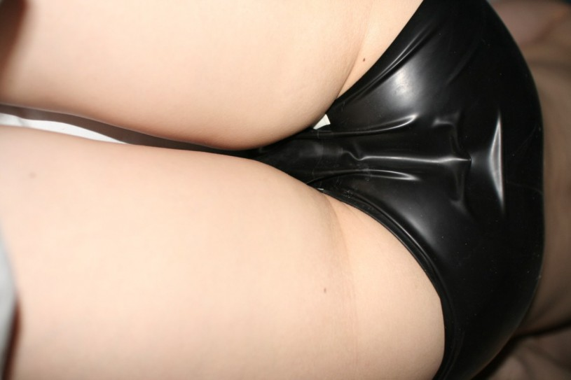 girl tight latex panty 05 815x543 Girls wearing tight and shiny latex panty