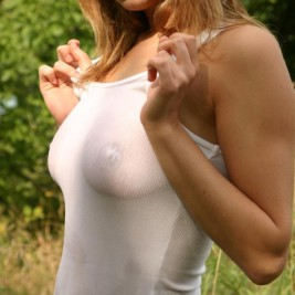 women in tight tshirts 07 267x267 Photos of women in tight t shirts