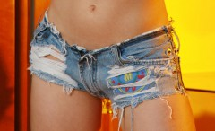 girls-dressed-in-tight-jeans-shorts