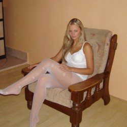 amateur-girls-in-black-and-white-tights
