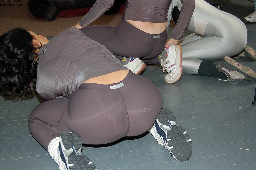 hot-babes-in-yoga-pants